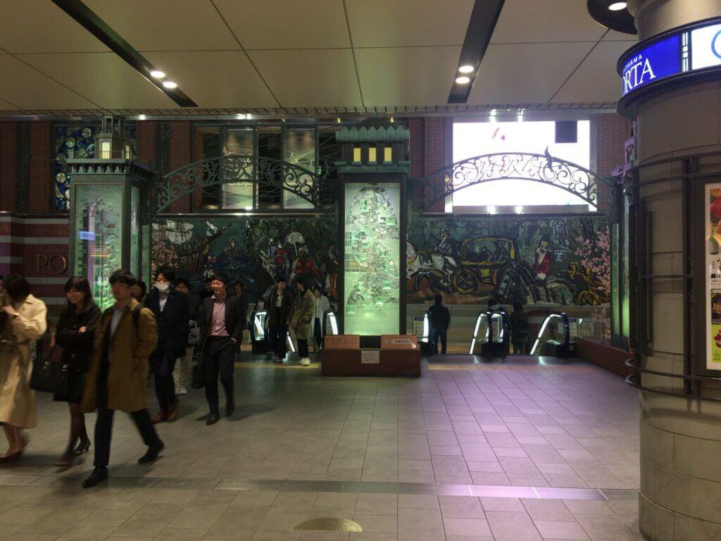横浜駅コンコース東口側
